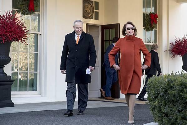 美國眾議院議長 南希•裴洛西(Nancy Pelosi) 穿著Max Mara FIRE COAT參與華盛頓白宮會議.jpg