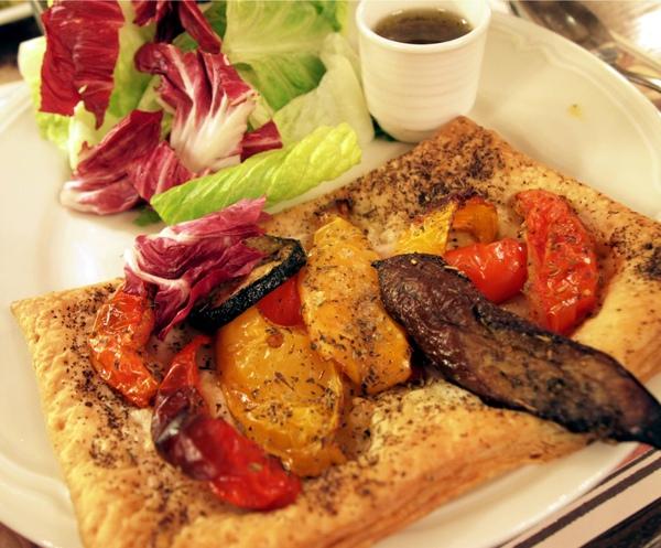 Feuilleté Provençale toujours avec sa Salade
