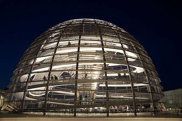 1024px-Reichstag_Dome_at_night