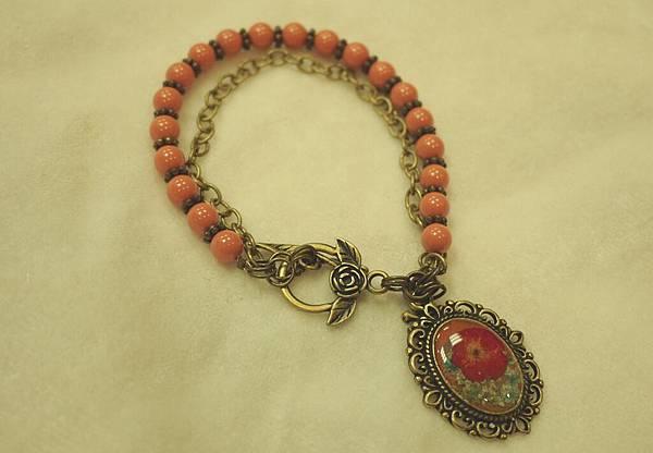 《奇幻花園 Fantasy Garden》系列- 復古鑲花珊瑚紅珍珠手鍊