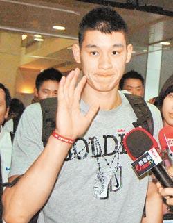 林書豪7日下午搭乘華航班機前往北京 他刻意避開媒體走環宇商務中心
