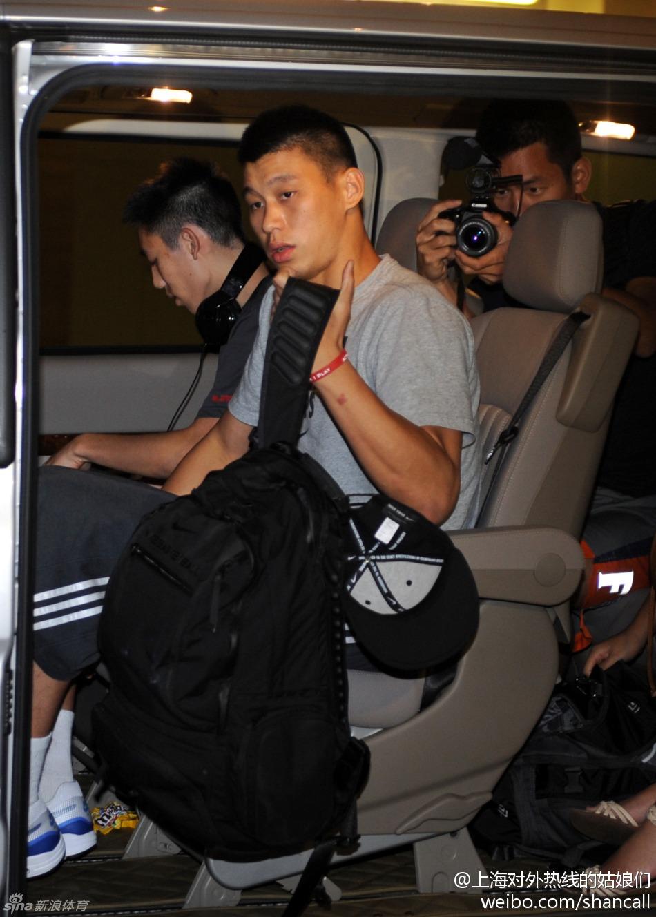 22日美國職業籃球運動員林書豪乘坐專車從廣東省東莞抵達香港