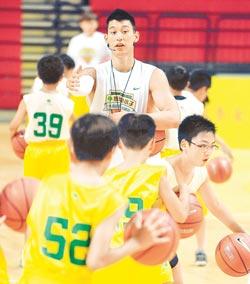 豪嚴▲林書豪指導籃球訓練營的小朋友打球 他安排運球與防守的基本動作