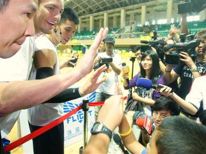 2012.08.28 林書豪送簽名球 觀眾大喊選我