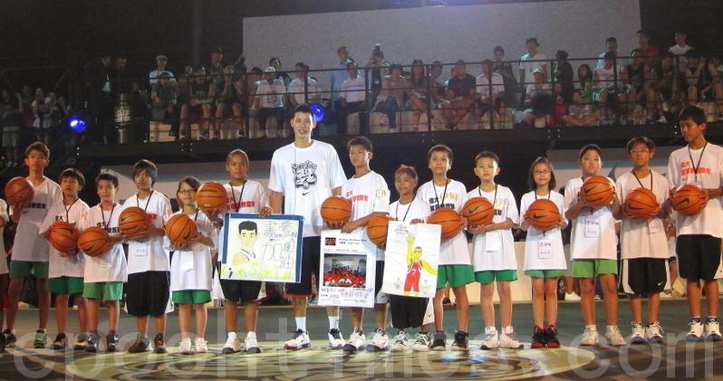 2012 林書豪幫助一群伊甸的孩童 弱勢的他們8月5日晚間在現場有送卡片給林書豪 豪小子送給他們每人一個簽名的籃球