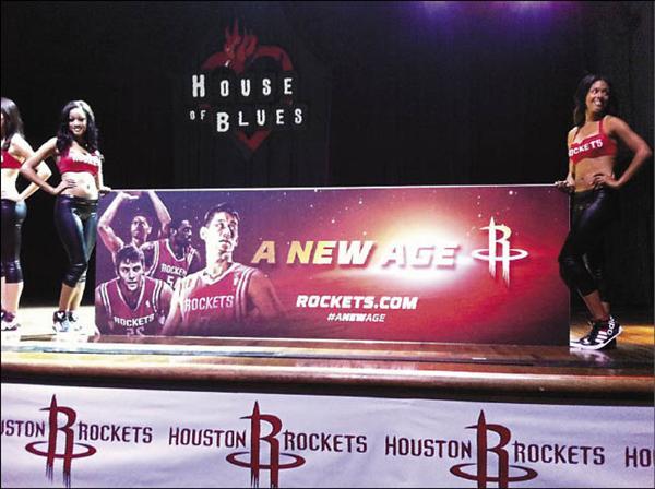 火箭球團新球季打出「新時代」口號,由啦啦隊女郎秀出的看板中,頭號球星林書豪被放在最顯眼的位置。