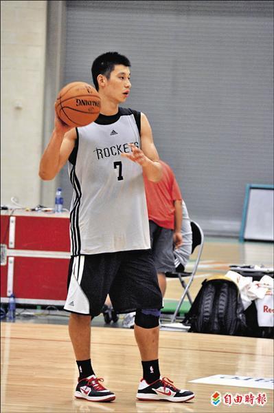 2012.10 林書豪相當專注於季前訓練 持球在弧頂指揮作戰 特派記者卓佳萍攝