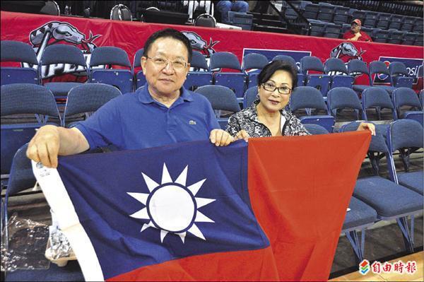 華資銀行董事孫中原 帶著國旗為林書豪加油 特派記者卓佳萍攝