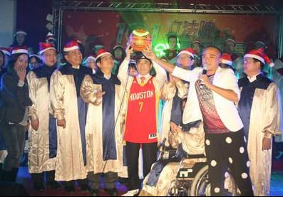 立法院長王金平(前左5)11日穿上NBA球員林書豪的球衣,與立委們在院內出席101年立法院耶誕晚會,與大家同歡。中央社記者徐肇昌攝 101年12月11日