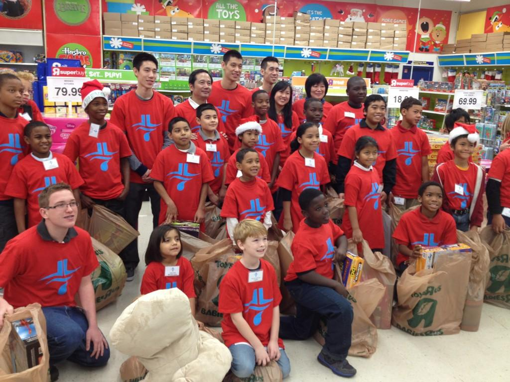 2012.12.21多謝火箭隊,我的家人,還有這些又棒又逗人的孩子,謝謝你們參加林書豪基金會假日採購活動