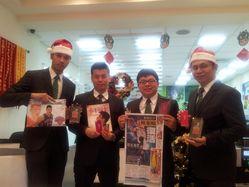 台北信義區一房仲店長扮聖誕老公公 送林書豪的紅色球員卡式隨身碟商品給業務當禮物
