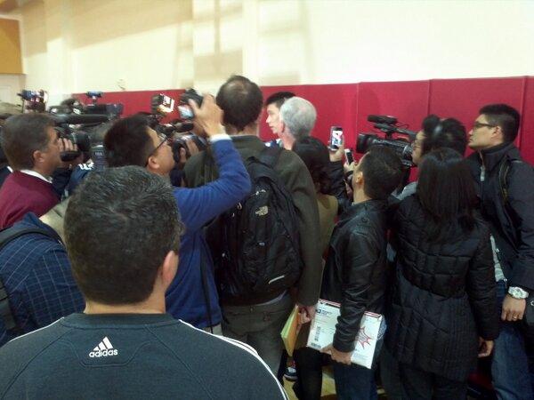 對勇士賽前記者裡三圈外三圈訪問林書豪