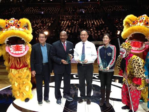 籃網隊的主賽場22日借林書豪來比賽的東風,在賽前舉辦中國農曆新年慶祝活動,吸引眾多紐約地區華裔民眾前往觀賞.jpg