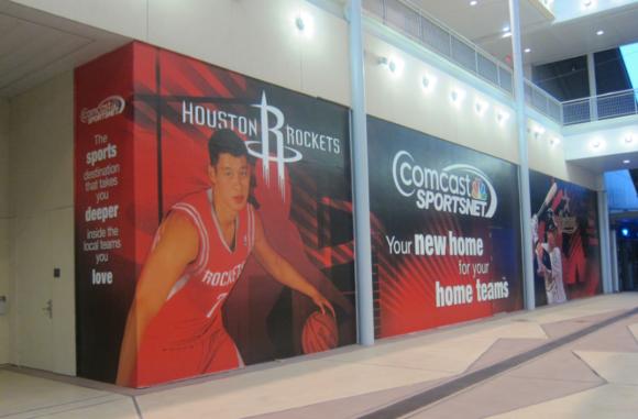 負責轉播Rockets 比賽的Comcast Sportsnet 辦公室在這裡一樓而且辦公室是透明的