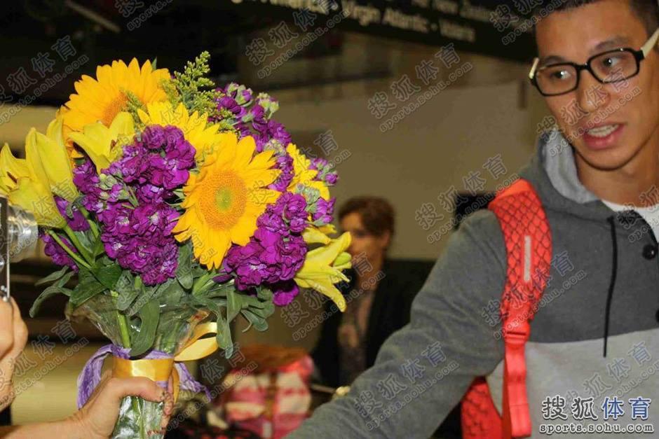 球迷送紫金花束給林書豪