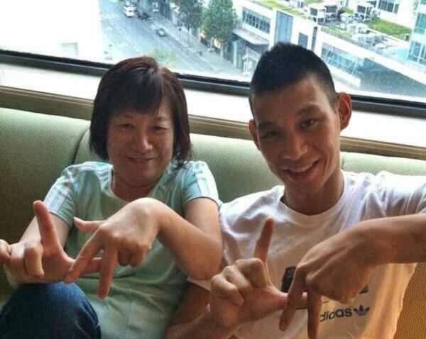 20140714林書豪和媽媽一起比LA手勢