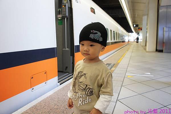 江江對坐火車顯得很興奮!