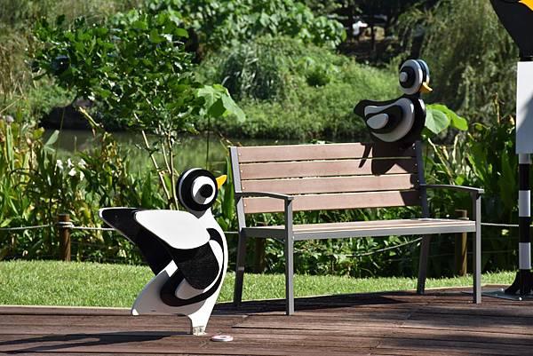 造型可愛的《松菸愛ㄧㄚ ㄧㄚ 》,與園區自然景觀相呼應.JPG