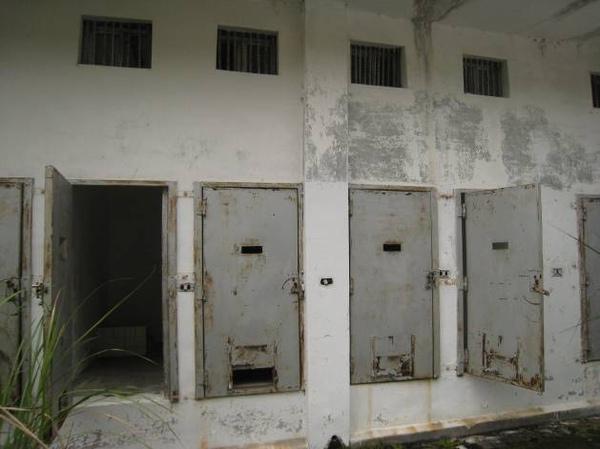 每個門僅有小小的通風小洞及送飯口.jpg