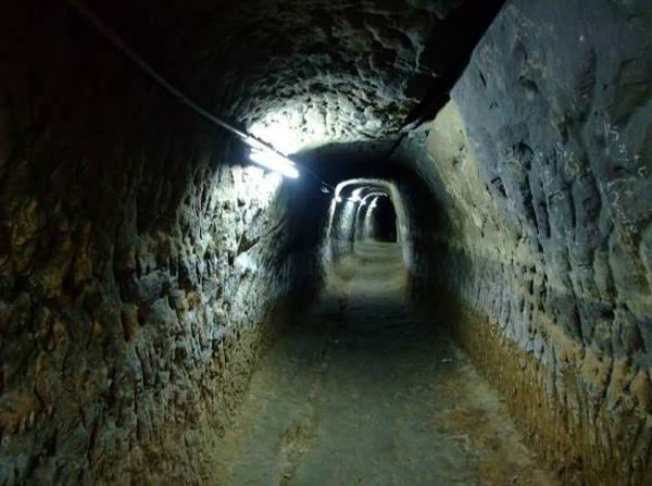 位於開天宮下方「塯公圳飲水石硿」,現今只剩下約20公尺的長度,部分已坍方或遭改建。.jpg