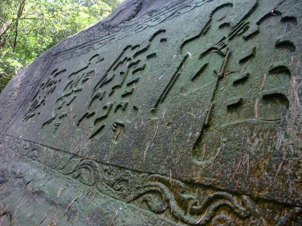 碣體字體雄厚,字跡清晰易辨,與巨石相互映襯。.jpg