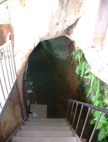 石硿寬度約1.5公尺,約可容納兩人並排行走,高度約2公尺。.jpg