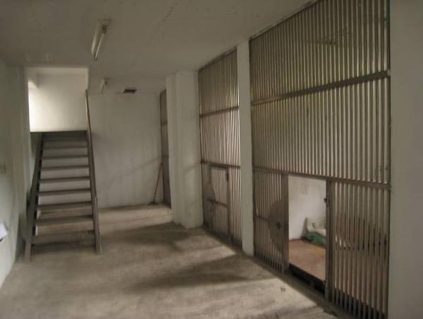 秘密禁閉室共四間,前面放風空間非常狹小.jpg