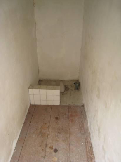 禁閉室非常狹小,僅能容身,幾乎無法平躺.jpg