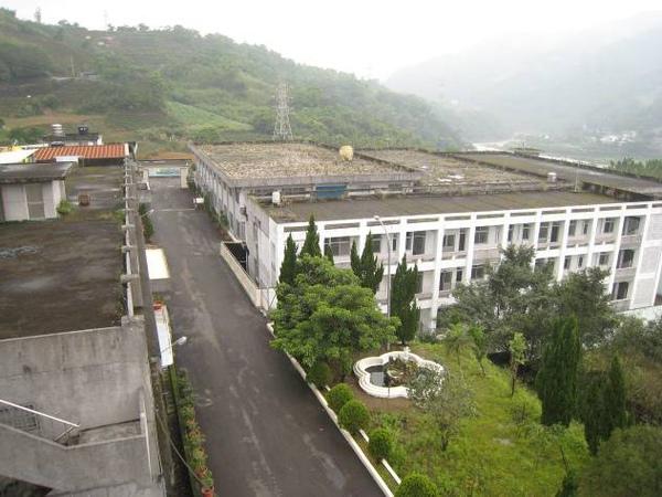 白色建築物為如教室型態的戒護中心.jpg