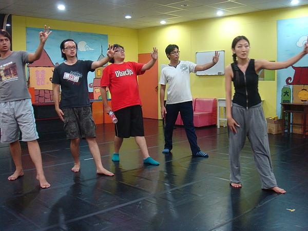 是舞蹈老師在教分解動作喔!