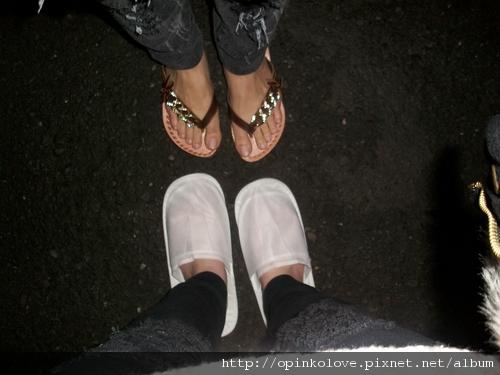 晚上看我的  白白脫鞋  只有我最亮