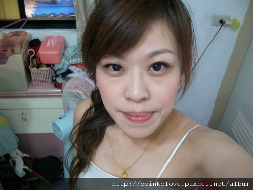 第一次化妝我好不習慣 QQ