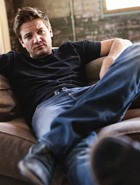 Mens-Health-2010-jeremy-renner-30900316-1359-1792.jpg