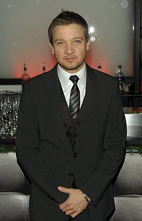 New-York-Film-Critic-s-Circle-Award-2010-jeremy-renner-30775508-483-750.jpg