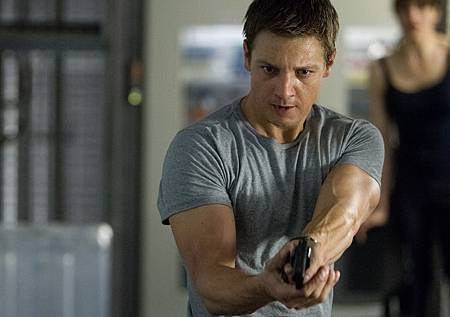 jeremy-renner-gun-the-bourne-legacy