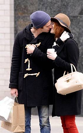 Emma-Stone-and-Andrew-Garfield-out-for-a-romantic-stroll-in-New-York-City-January-8-andrew-garfield-28158784-500-800.jpg