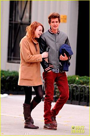 Emma-Stone-Andrew-Garfield-Holding-Hands-in-NYC-andrew-garfield-26993030-816-1222.jpg