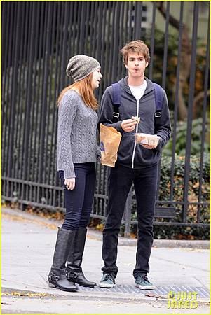 Emma-Stone-Andrew-Garfield-New-York-Stroll-andrew-garfield-26895090-816-1222.jpg
