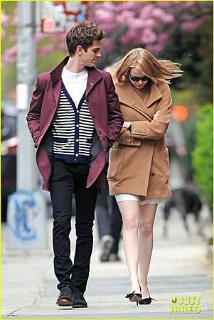 Emma-Stone-Andrew-Garfield-Stroll-In-the-City-andrew-garfield-30421608-816-1222.jpg