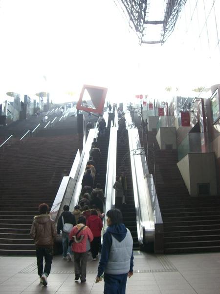 先搭很長的電梯上去