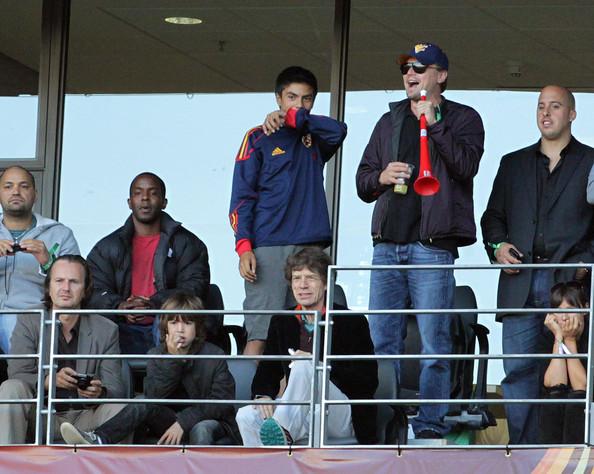 Leonardo+DiCaprio+sits+behind+Mick+Jagger+4fRMxre-rG3l.jpg