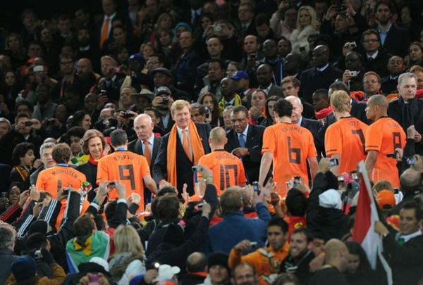 4a047dcaed6c8033d61a8f26261f4d24-getty-fbl-wc2010-match64-ned-esp-trophy.jpg