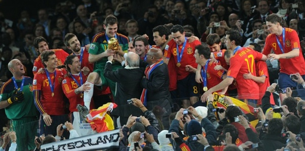 f1e9485e017899531e83f3f792360f96-getty-fbl-wc2010-match64-ned-esp-trophy.jpg