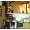 那個吧台... 就是為了摭住這個醜醜的老舊壞冰箱
