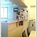 餐廳正後方是廚房, 中間有個吧台