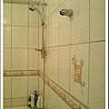 有兩個蓮蓬頭掛勾, 可選擇淋浴的位置