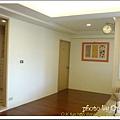 又回到客廳, 畫旁邊那個門進去, 是主臥房