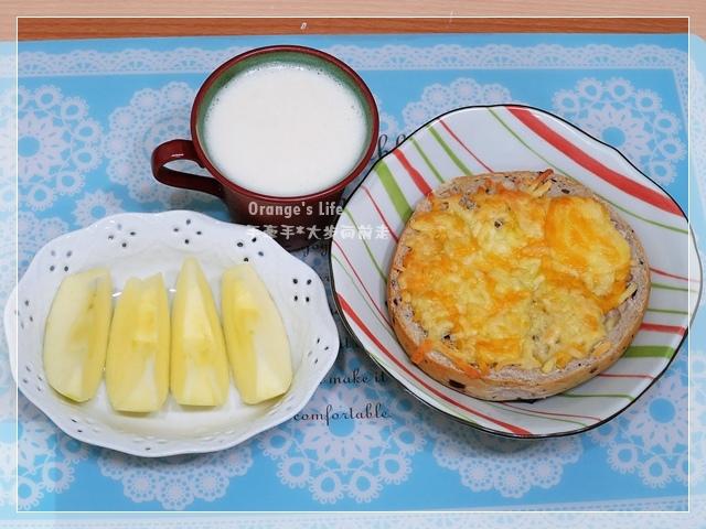 DAY13-起司貝果+白木耳豆漿+蘋果.JPG