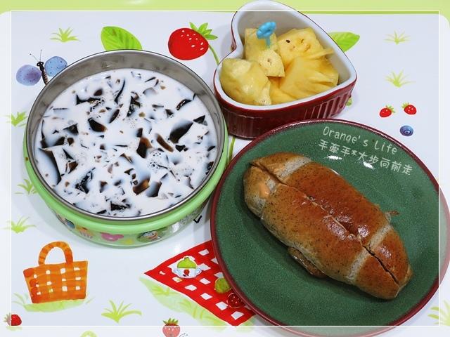 DAY14-芝麻小餐包抹花生醬+仙草鮮奶+水果.JPG