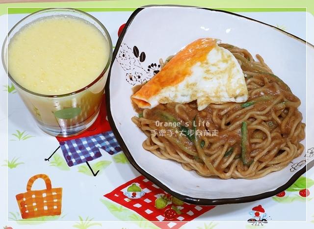 DAY19-炒涼麵+荷包蛋+現榨柳橙蘋果汁.JPG